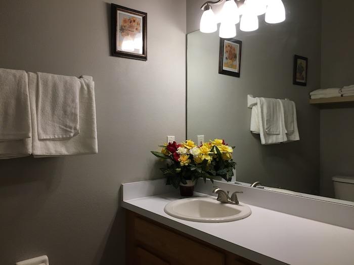 https://shop.orlandovacation.com/hotelphotos/RHN_ov1086downstairsbath.JPG