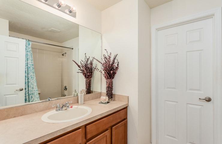 https://shop.orlandovacation.com/hotelphotos/RHN_ovh1077_bathroom4.jpg