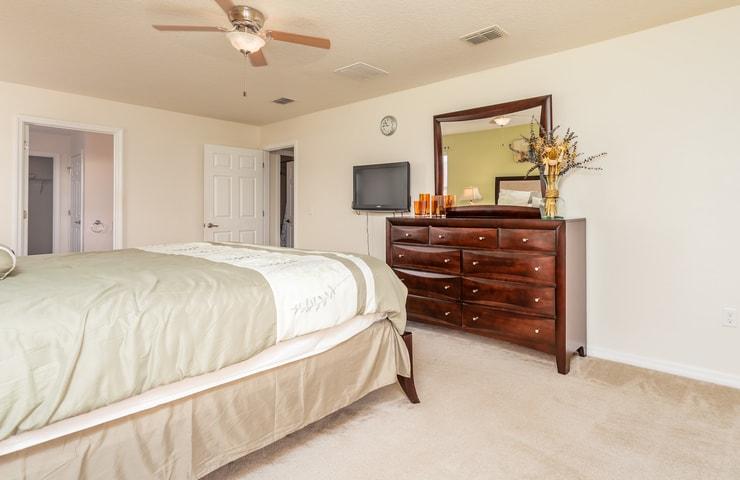 https://shop.orlandovacation.com/hotelphotos/RHN_ovh1077_bedroom5.2.jpg