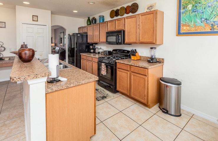 https://shop.orlandovacation.com/hotelphotos/RHN_ovh1077_kitchenside.jpg