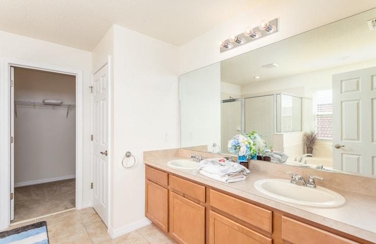 https://shop.orlandovacation.com/hotelphotos/RHN_ovh1077_largebathroom.jpg